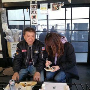 奥多摩ドライブにいらした後、立ち寄って下さったお二人です店内の炭炉や樽椅子を興味深くご覧になり「面白い!」と言って下さいましたご来店ありがとうございました #蔵 #筏 #ikada #japan #Tokyo #mitake #御岳 #御岳山 #mitakesan #御岳山ロックガーデン #武蔵御嶽神社 #多摩川 #御岳渓谷 #奥多摩 #ブドウ山椒 #おにぎり#tasty #バイク #ロードバイク #デッドエンド #ジムニー #JA22 #ペット可 #樽椅子