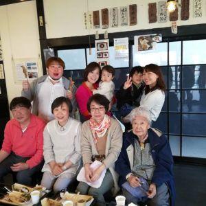 ご予約でお越しのご家族ですひいおばあちゃまの95歳のお祝いで、かんぽの宿に泊まられた翌日、お昼ごはんに炭鳥 筏を選んで下さいました。明日が95歳のお誕生日との事、おめでとうございます🤗昨日今日と快晴で清々しいお天気です️ご来店ありがとうございました #蔵 #筏 #ikada #japan #Tokyo #mitake #御岳 #御岳山 #mitakesan #御岳山ロックガーデン #武蔵御嶽神社 #多摩川 #御岳渓谷 #奥多摩 #ブドウ山椒 #おにぎり#tasty #バイク #ロードバイク #カヌー #カヤック #リバーSUP #デッドエンド #ジムニー #JA22 #ペット可  #かんぽの宿青梅