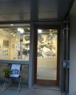 """昨日の閉店後、店主が""""高村ムカタ展""""のオープニングに行って来ました。高村ムカタ氏は、版画家であり夏はご実家の利尻島仙法志浜で昆布漁師をされています。炭鳥 筏の旨味あふれる昆布汁に使用している昆布は、高村氏が採って来てくれたものです。展覧会は埼玉県入間市のdーlab galleryで3/22(木)の16:00まで開催中で、木版スタンプの作り方や刷り・木版道具の使い方など随時行っています♪ ※3/17~21は18:00まで。3/19休廊。《dーlab gallery》 西武池袋線 入間市駅より徒歩9分埼玉県入間市豊岡5ー2ー15#蔵 #筏 #ikada #japan #Tokyo #mitake #御岳 #御岳山 #mitakesan #御岳山ロックガーデン #武蔵御嶽神社 #多摩川#御岳渓谷 #奥多摩 #ブドウ山椒 #おにぎり #tasty #バイク #ロードバイク #デッドエンド #ジムニー #JA22 #ペット可 #利尻島 #昆布 #高村ムカタ"""