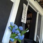 """併設の蔵の一階では、店名の由来となった""""多摩川の筏流し""""歴史常設展示を行っています。二階ではイラストの展示を行っています。どうぞご自由にご覧下さい♪http://ikadamitake.com営業時間11~17時(夏季)木曜定休(祭日は営業)#炭鳥 #蔵 #筏 #ikada #Tokyo #mitake #御岳 #御岳山 #mitakesan #御岳山ロックガーデン #武蔵御嶽神社 #多摩川 #御岳渓谷 #奥多摩フィッシングセンター #奥多摩 #ブドウ山椒 #おにぎり #味玉 #tasty #バイク #ロードバイク #カヌー #カヤック #リバーSUP #デッドエンド #アルパインクライミング #ジムニー #ペット可 #筏流し"""