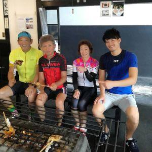 @tatsuo4690 さん& @yuko.573 さんご夫妻が、ロードバイク仲間と、そして右はしの今日初めてロードバイクにチャレンジなさった方と一緒に、今週も来て下さいました今日はご予約でお越しでした🤗先週同様、今日も福生の駐車場まで車にロードを積んでいらしたそうです🚴 お二人にお会いすると暖かい気持ちになるのは何故でしょうか 毎度ご来店ありがとうございますhttp://ikadamitake.com 営業時間11~17時(夏季)木曜定休(祭日は営業)#炭鳥 #蔵 #筏 #ikada #mitake #tokyo #御岳 #御岳山 #御岳山ロックガーデン #武蔵御嶽神社 #多摩川 #御岳渓谷 #ランチ #奥多摩フィッシングセンター #奥多摩 #ブドウ山椒 #おにぎり #味玉 #バイク #ロードバイク #カヌー #カヤック #リバーSUP #ラフティング #デッドエンド #ジムニー #ペット可
