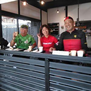 本日最初のお客様・ご常連のロードバイク乗りのご夫婦 @tatsuo4690 さん& @yuko.573 さんが、自転車チームの大先輩の、優しそうな男の方と一緒にお越し下さいました🚴🚴🚴 奥様は新調なさったロードバイクでは、試乗は50mだったそうで、距離を走るのは炭鳥ikadaにいらして下さったのが初めてとの事。フレームと同じ赤のウェアーがよくお似合いです🤗又お会い出来てとっても嬉しいです️ 毎度ご来店ありがとうございますhttp://ikadamitake.com営業時間11~17時(夏季)木曜定休(祭日は営業)※むかし鳥、ばくだんは数に限りがございます。1個からお取り置き致します♪Tel.0428-85-8726#炭鳥 #蔵 #筏 #ikada #むかし鳥 #mitake #tokyo #御岳 #御岳山 #御岳山ロックガーデン #武蔵御嶽神社 #多摩川 #御岳渓谷 #御岳ランチ #奥多摩フィッシングセンター #奥多摩 #日原鍾乳洞 #味玉 #バイク #ロードバイク #カヌー #カヤック #リバーSUP #ラフティング #デッドエンド #ペット可 #trek #lookroadbike