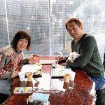 """神奈川県からお越しの、ご常連の @tatsuo4690 さん& @yuko.573 さんご夫妻ですいつもはロードバイク🚴🚴でいらっしゃるのですが、今日は車でワンちゃんと一緒に来て下さいました#ロングコートチワワ の""""こなみちゃん""""は、13歳のレディーです名前の由来は…最初は""""ミルクティーちゃん""""だったそうなのですが、とってもちっちゃくて、それで「粉ミルク」を略して""""こなみ""""ちゃんになったとの事🍼タレ耳と大きなお目々が可愛いですね🤗毎度ご来店ありがとうございますhttp://ikadamitake.com営業時間・1月〜  3月 11〜16時  4月〜12月 11〜17時金曜定休(祭日は営業)※むかし鳥、ばくだんは数に限りがございます。1個からお取り置き致します♪Tel.0428-85-8726#むかし鳥 #炭鳥ikada #ばくだん #mitake #tokyo #御岳 #御嶽駅 #御岳山 #御岳山ロックガーデン #武蔵御嶽神社 #御岳神社 #多摩川 #御岳渓谷 #東京アドベンチャーライン #御岳ランチ #奥多摩フィッシングセンター #奥多摩 #日原鍾乳洞 #okutama #バイク #ロードバイク #カヌー #カヤック #riversup #デッドエンド #ペット可 #元旦から営業"""