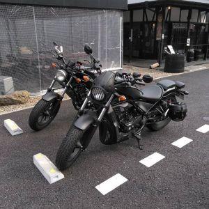 """杉並区からお越しのバイク乗りの2名様です#奥多摩湖 に行かれる途中、遅めのお昼ごはんにお立ち寄り下さいました🥚お二人共 #hondarebel に乗ってらして、バイクだけ撮らせて頂きました🏍️🏍️REBELとは、直訳すると""""反逆""""という意味だそうです。マットブラックの車体によく似合う名前ですね♪ご来店ありがとうございましたhttp://ikadamitake.com営業時間・1月〜  3月 11〜16時4月〜12月 11〜17時金曜定休(祭日は営業)※むかし鳥、ばくだんは数に限りがございます。1個からお取り置き致します♪Tel.0428-85-8726#むかし鳥 #体験型 #炭鳥ikada #ばくだん #mitake #御岳 #御嶽駅 #御岳山 #御岳山ロックガーデン #武蔵御嶽神社 #御岳神社 #御岳渓谷 #東京アドベンチャーライン #御岳ランチ #奥多摩フィッシングセンター #奥多摩 #日原鍾乳洞 #青梅線五日市線の旅 #imatamagourmet #バイク #ロードバイク #カヌー #カヤック #riversup  #デッドエンド #ペット可"""