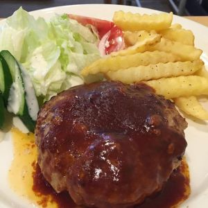 """今日は定休日で、青梅駅前の""""喫茶ここから""""さんへ行って来ました♪1枚目、人気のハンバーグステーキは、店内直挽き牛肉100%使用の手捏ねですナイフを入れると肉汁があふれ、挽き肉の食感が程よくて、とても美味しくてオススメですソースは、テリヤキ・和風・デミグラスの3種類から選べますが、今回はデミグラスソースをチョイス。肉の旨味とよく合っていました♪2枚目は新発売の梅ソーダ。手作り梅ジャムを使っていて、スッキリした味です。夏の暑い時にもピッタリですね喫茶ここからさんには、他にも日替わりランチやクリームあんみつ、ホットケーキなどなど、オススメが沢山あります🤗 ビルの2階にあって、広々として落ち着けますよ〜《ハンバーグステーキ》ライスorパンとスープ付き ¥1000税込《梅ソーダ》 ¥400税込ごちそうさまでした""""青梅カフェレストラン・喫茶ここから""""JR青梅線・青梅駅より徒歩1分営業時間10時〜19時東京都青梅市本町130-25tel.0428-84-0678 http://ikadamitake.com営業時間・4月〜12月 11〜17時1月〜3月 11〜16時金曜定休(祭日は営業)※むかし鳥、ばくだんは数に限りがございます。1個からお取り置き致します♪Tel.0428-85-8726#むかし鳥 #炭鳥ikada #ばくだん #mitake #御岳 #御嶽駅 #御岳山 #御岳山ロックガーデン #武蔵御嶽神社 #御岳渓谷 #東京アドベンチャーライン #御岳ランチ #奥多摩 #日原鍾乳洞 #イマタマ #バイク #ロードバイク #サイクリング #カヌー #カヤック #ラフティング #riversup #デッドエンド #ペット可 #喫茶ここから #梅ソーダ #ハンバーグステーキ #青梅駅"""