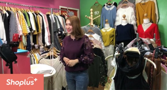 Maishopshop owner during a live sale using Shoplus AI social selling service.