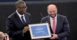 Dr. D. Mukwege, « L'homme qui répare les femmes », recevant le Prix Sakharov 2014. Ces européens ne font rien pour mettre fin à ces viols ou pour punir Kagame, Museveni, et Kanambe alias Kabila (Photo cr.:euronews.com)