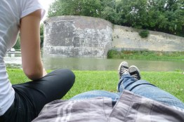 Anne en ik liggen in het park
