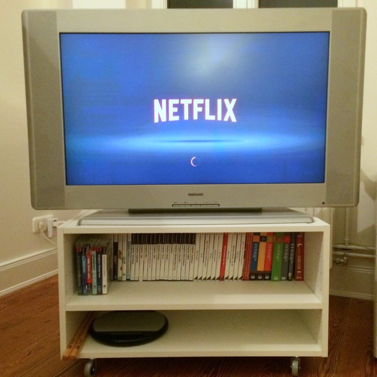 From wall cabinet to small tv stand ikea hackers for Petite table tv
