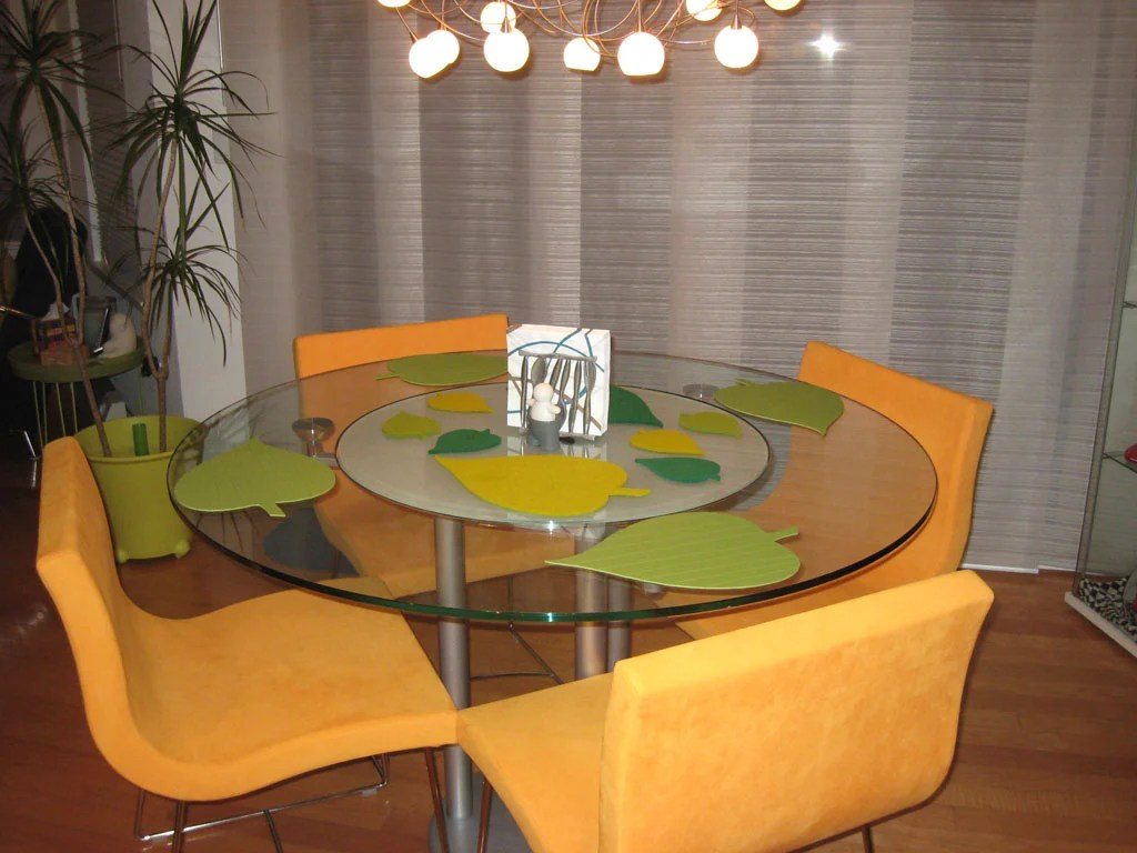 Leaf shaped place mats for round dining table ikea hackers for Glass table placemats