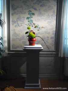 Chinese bedroom at Castel d'Ursel with ikebana by Ekaterina Seehaus wooden red Chinese vase, green chrysanthemum, chinese embroidery background panel, Fleurs Des Dames event 2017
