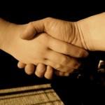 握手で感謝を伝えよう。