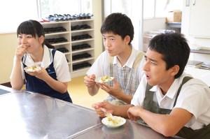 生徒が6つの要素から試食品を評価