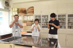 JA川上課長(左)と県振興局も試食会に参加。