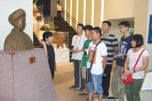 訪問団(梅屋トク像の説明を聞く少年訪問団)