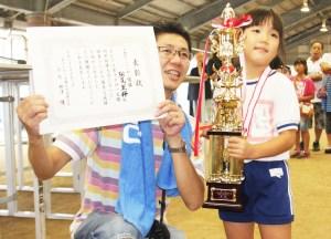 幼児相撲(父親と表彰を受けて笑顔の松尾さん)