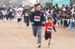 マラソン(1㌔小学1年生と保護者・岩本さん親子)