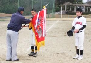 中学野球(優勝旗、盾を受け取る両チームキャプテン)