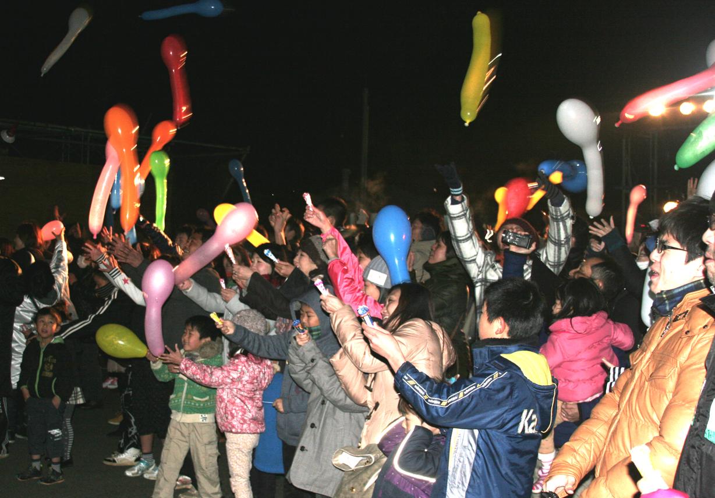 正月(ジェット風船で新年を祝う参加者)