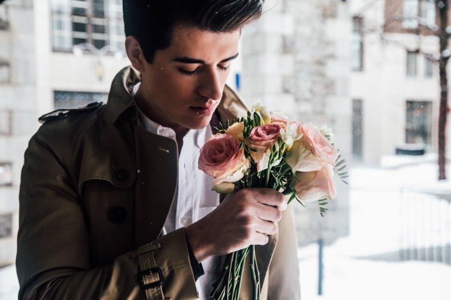 花束を持つ男