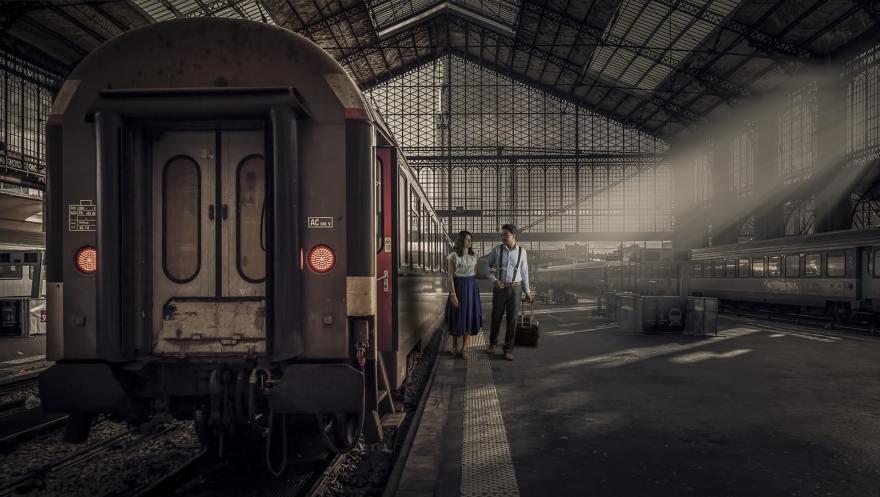 駅舎のカップル