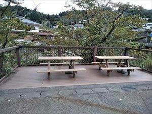 川の流れを楽しむデッキに設置されるテーブルベンチ