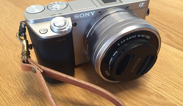 α6000のカメラストラップを脱着式にカスタマイズする方法
