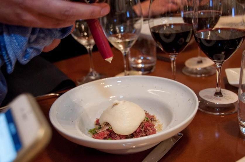 Tredje rätten: Råbiff på innanlår med potatisskum, bondbönor, krasse och picklad schalottenlök. Vin: Cono Sur Ocio Pinot Noir 2012