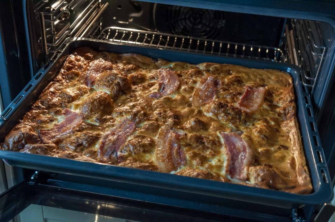 fläskpannkaka toppad med bacon