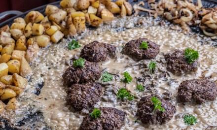 Biffar på Muurikka med kantarellsås och råstekt potatis