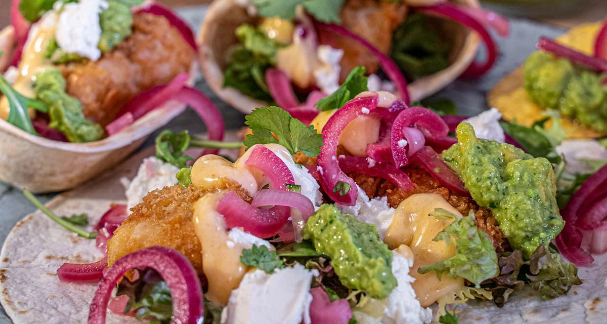 Fish tacos med ärtguacamole och srirachamajonnäs