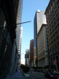 Rue pleine de building à droite