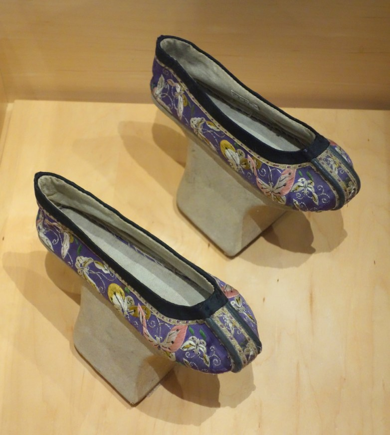 Chinese_shoes,_Manchu,_late_19th_century_AD_-_Bata_Shoe_Museum_-_DSC00069