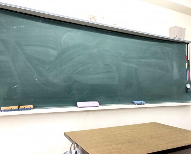 黒板の前に設置された教壇