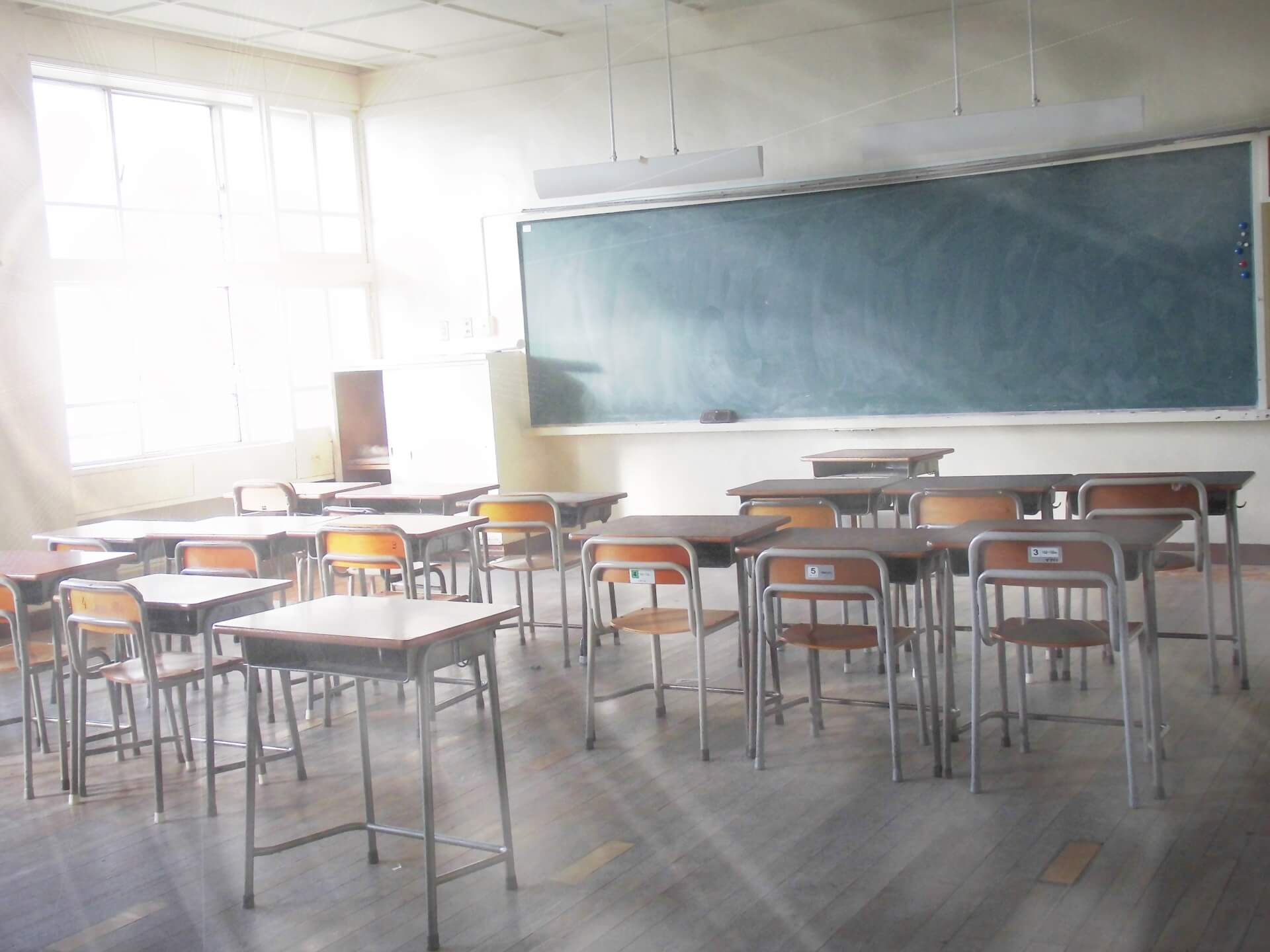 学校の教室に光が差す様子