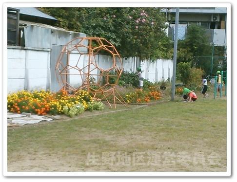 花壇とジャングルジム