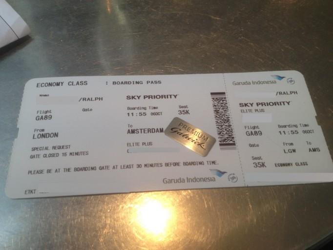 Boardingpass met 'Premium Gatwick' sticker