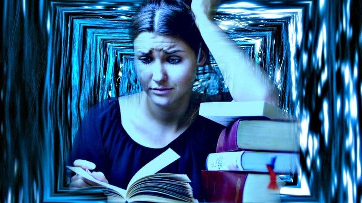 אישה מנסה להתרכז בזמן שהיא לומדת