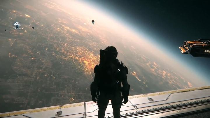 אדם עומד על חללית כחלק ממשחק שדומה לסייברפאנק 2077.