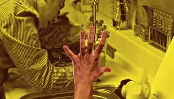 אדם פותח סתימה בכיור.