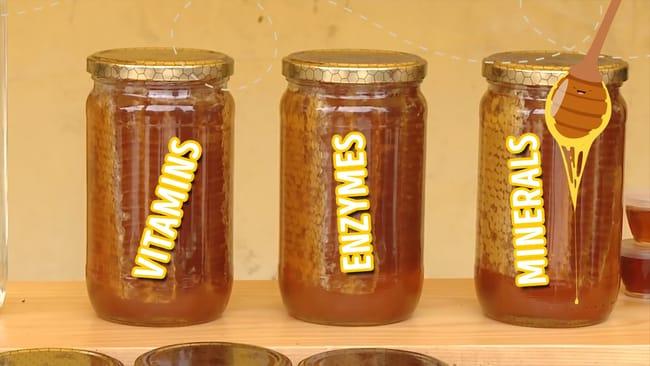 תמונה של שלושה צנצנות דבש ואליהם כיתוב המסביר מה הם היתרונות הבריאותיים של דבש יחסית לסוכר לבן.