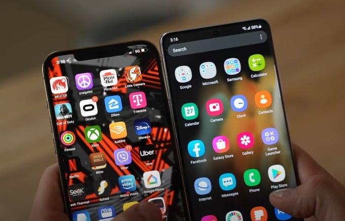 תמונה של ידיים אשר מחזיקות את הסמארטפונים:  Pixel 5a וגם iPhone SE