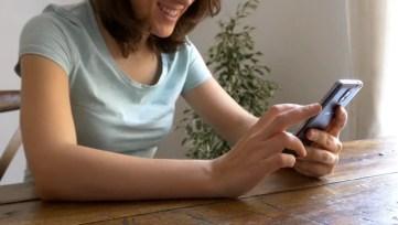 نتيجة بحث الصور عن chatting on mobile