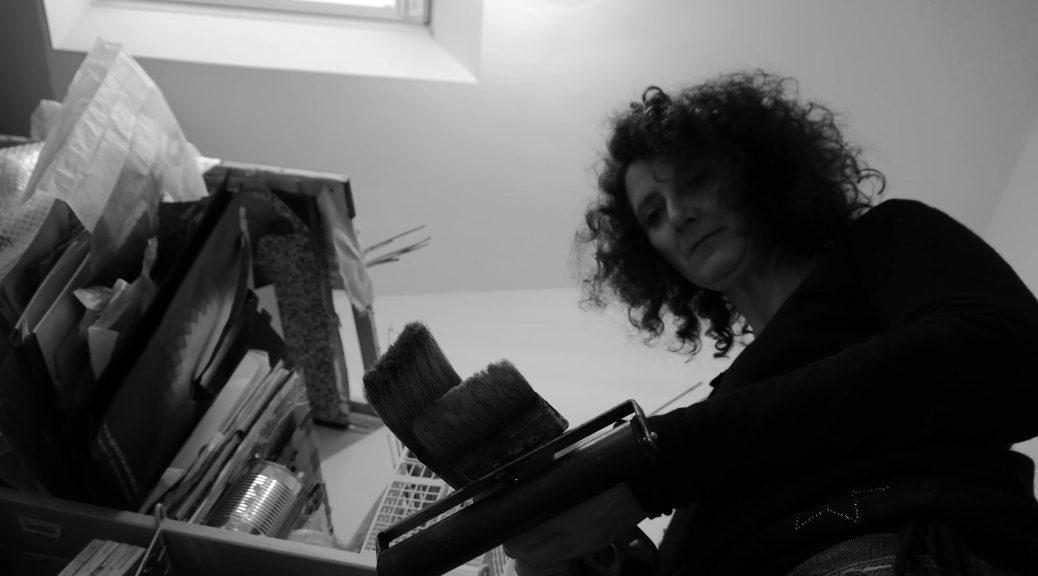 Photo de l'artiste dans son atelier