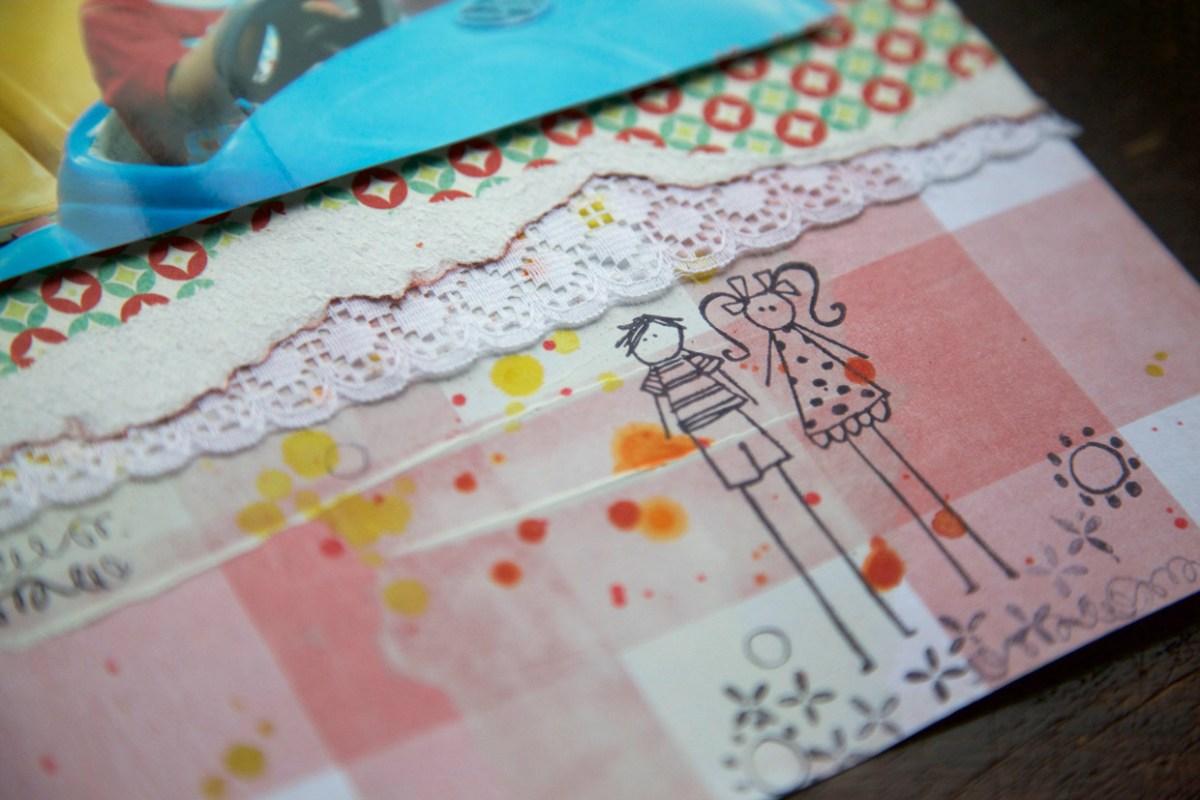 Pingos de tinta sobre páginas de scrapbook