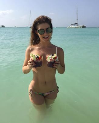 Amanda Cerny en la playa
