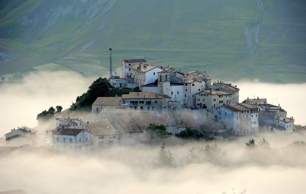 Il borgo di CASTELLUCCIO emerge dalla nebbia del mattino