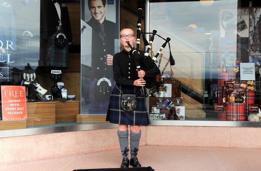 Una giovane suonatrice di cornamusa nel centro di OBAN