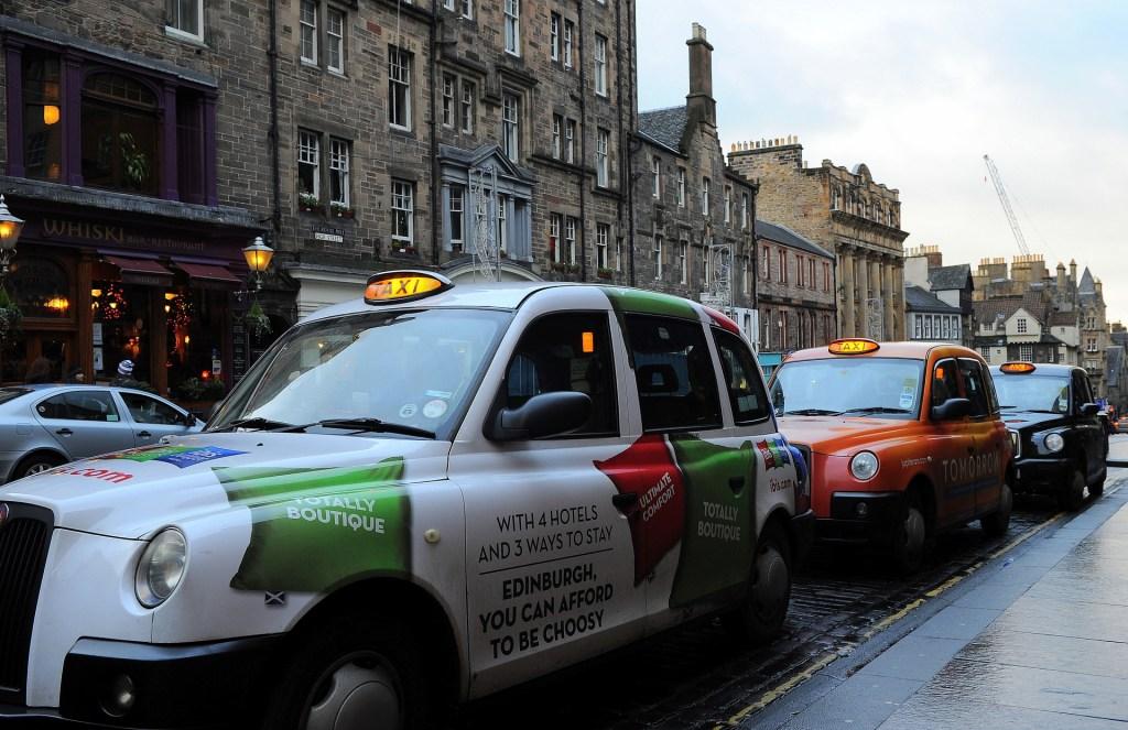 Taxi in attesa di clienti lungo il ROYAL MILE