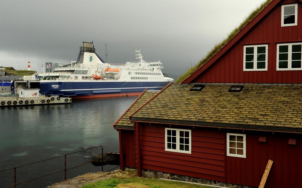 """Il ferry """"NORRONA"""" della SMYRIL LINE ancorato a Torshavn"""